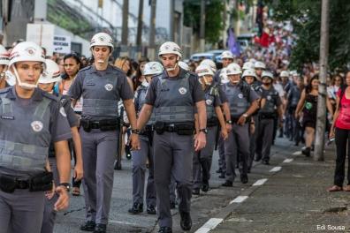 Policiais garantem a segurança na manifestação dos professores