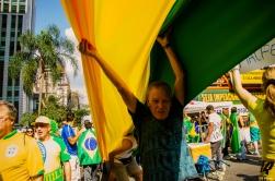 Manisfestantes estendem uma longa bandeira verde e amarela na Avenida Paulista