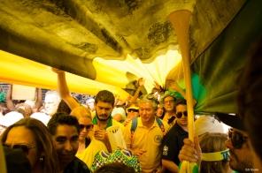Manifestantes carregam a bandeira com as cores verde e amarelo