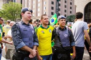 Policiais pousam para fotos na manifestação totalmente passiva na Av. Paulista
