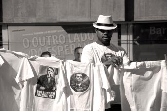 Manifestante estendo camisetas apoiando a candidatura do Bolsanaro em 2017 . O outro lado da esperança.