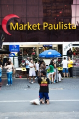Homem pedindo esmola na Av. Paulista