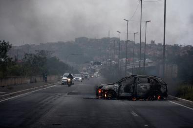 Foto registrada em um tentativa de assalto a um carro forte na regidão de São Mateus, bandidos incendiarão vários carros!