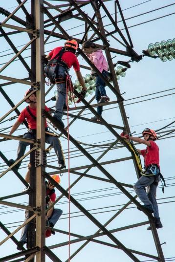 Ação dos bombeiros ao salvar uma mulher que pretendia se jogar do alto de um torre de transmissão de eletricidade na região de São Mateus São Paulo