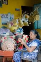 Senhora que ainda mantem a tradição de render na cidade de Alcântara MA